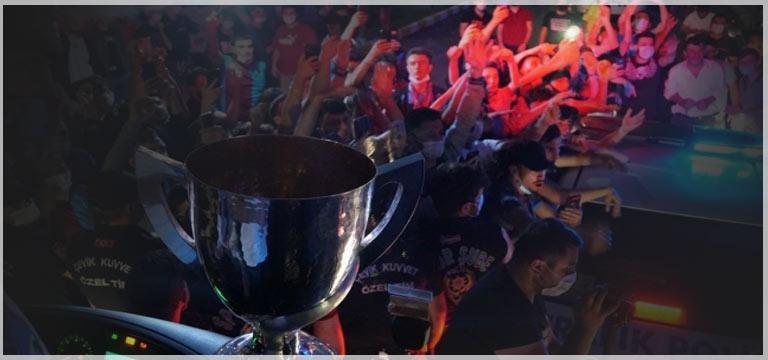 Trabzonspor meşaleler ve marşlar eşliğinde karşılandı