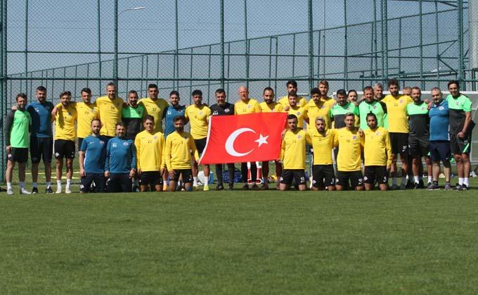 Hekimoğlu Trabzon'dan antrenman öncesi 30 Ağustos kutlaması