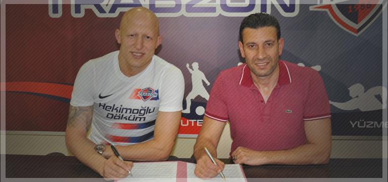 Hekimoğlu Trabzon Sezer Özmen'e imzayı attırdı